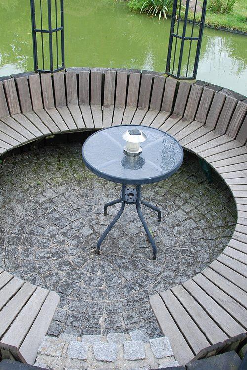 Terrasse ronde pavée et bois